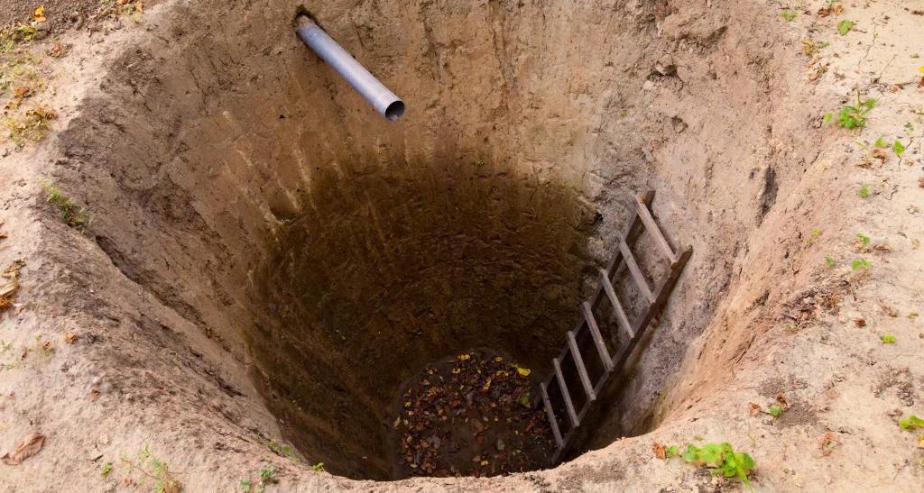 Негерметичная выгребная яма без дна